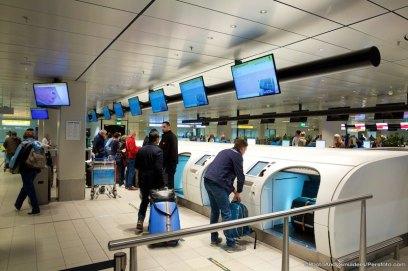 08-02-2016 TRAVEL; VLIEG STUKKEN GOEDKOPER MET DE KLM DOOR DE REIS TE STARTEN IN ANTWERPEN; CENTRAAL STATION; ANTWERPEN Je kan makkelijk enkele honderden euro's besparen op je KLM vliegticket. Begin de reis in bijvoorbeeld Antwerpen. Voor een trip naar Los Angeles betaal je via Belgie, inclusief een gratis Thalys Trein Ticket of bus ticket 451,00 euro. Via Amsterdam betaal je 799,00. Een besparing van 348,00 per ticket. Je bent wel verplicht de reis te beginnen in Antwerpen. Vergeet niet je trein of bus ticket te laten afstempelen, anders kan je nog voor een dure verrassing komen te staan als je wilt inchecken in Amsterdam. KLM kan het verschil in rekening brengen, omdat je verplicht bent de reis te beginnen in bijvoorbeeld Belgie. Op de terugreis maakt het niet uit of je via Antwerpen terug gaat of rechtstreeks naar een andere plaats in Nederland. Haal je trein tickets wel op bij de internationale NS balie. Zo krijg je nog extra KLM frequent Flyer Punten en level miles. Op de foto het Zelf inchecken en uitprinten van je boardig kaarten, de Self Incheck systeem van de KLM en de automatische bagage drop off modules van de KLM. FOTO ANDY SMULDERS / PERSFOTO.COM